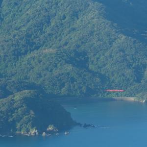 山陰本線の須佐の入り江を縫うように行くタラコ色のキハ40形気動車等(須佐~宇田郷)