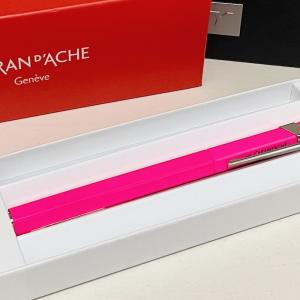 【万年筆レビュー】カランダッシュ849 明るい蛍光ピンクの可愛らしい万年筆