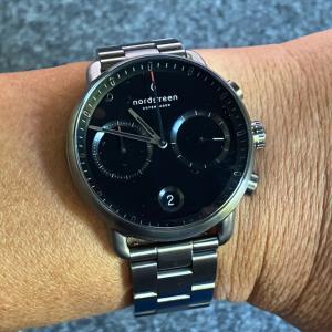 ノードグリーンで人気と評判のガンメタルな腕時計・ブラック&シルバーなコーデにおすすめのアイテム