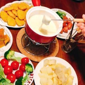 チーズフォンデュの赤い鍋