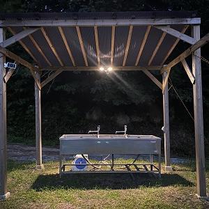 キャンプ場の炊事棟とトイレに照明をつけました!