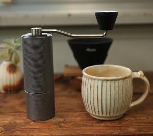 七然窯さんのしのぎのマグカップと、Timemoreのコーヒーミル