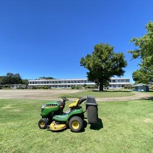 小学校の芝刈り。