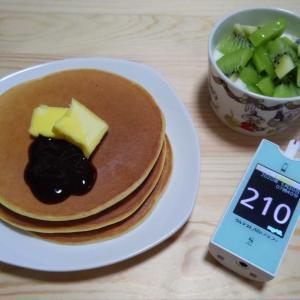 朝ごはんに改良版の低糖質パンケーキ。 美味い! 血糖値は最悪だけどね。