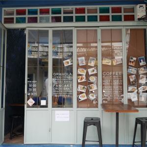 青色のラテが飲めるカフェ