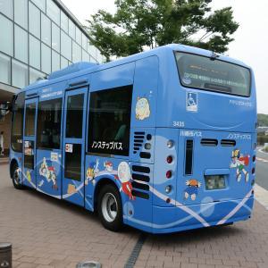 藤子・F・不二雄ミュージアム前の川崎市バス