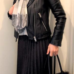 冬用のロングプリーツスカートで ライダースのコーデ