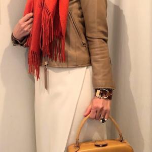 冬の白いスカートは便利! キャメル色と合わせる甘口コーデ