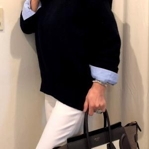 大人の定番服コーデ ネイビーのコートと白いパンツで