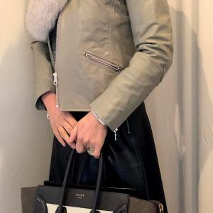 革のジャケット、革のスカート、革の手袋のコーデ