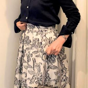 紺のシャツとジャガードスカートのコーデ