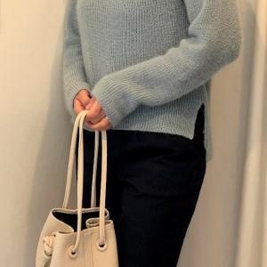 スタイルデリの紺色のパンツ 淡い色のニットで在宅コーデ