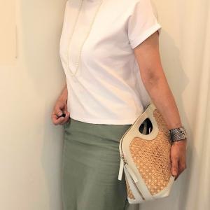 白Tシャツとタイトスカートで 大人カジュアルなコーデ