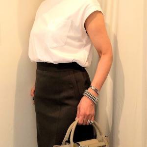 白Tシャツにタイトスカートのコーデ