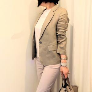 50代 夏のジャケットコーデ! グレージュ色の麻のシャツでこなれ感!