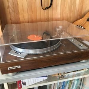 レコードプレーヤーと古いレコード