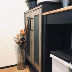 切って貼るだけの簡単リメイク!ビエンテージの食器棚を色画用紙でDIY