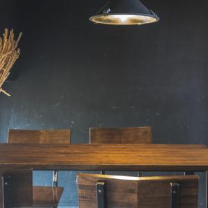 ダイニングテーブルって必要? 置く置かない問題と必要な広さについて
