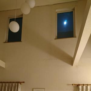 窓からお月様♪
