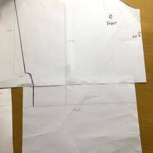 Aラインワンピースの首周りと袖の型紙