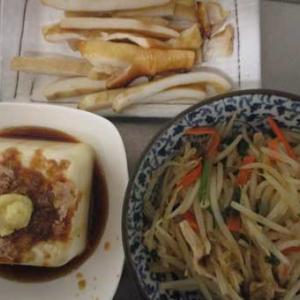 残ったイカと野菜炒めで上海風焼きそばもどき。