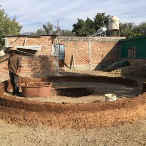 メキシコ流サウナ、テマスカルを作る職人。