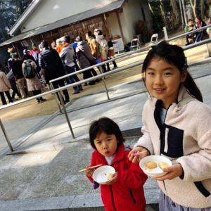 地域交流の餅つき大会で、昔遊びが子どもたちに大人気!