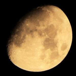 月齢10.4(美しい少し膨らんだ月模様姿)、2019