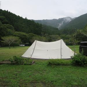どろんこのグランドでテントをたたむ