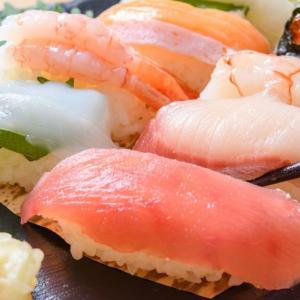 【画像】大人気!2貫「23円~」の寿司 wwwww 中国の屋台寿司