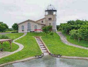 展望台(ホタル館)と ジャブジャブ池(夏季限定でオープン)