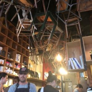 メルボルンで知らない人はいない!天井に椅子がぶら下がっているカフェ★