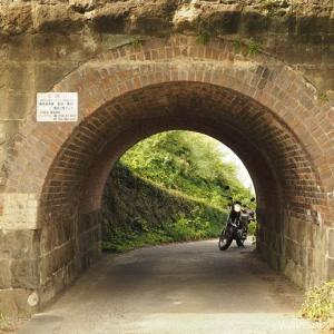 【橋詰川橋梁】小さなトンネルで、バイク写真★YAMAHA SR125