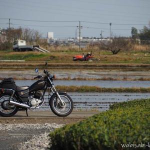 水を張った田んぼでバイク写真撮影