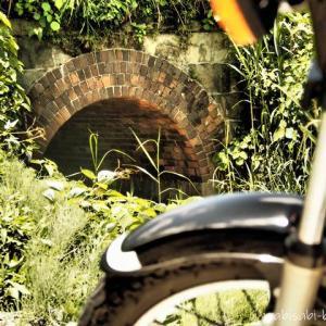 【レンガアーチ】小さな橋梁と、バイク写真撮影