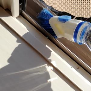窓サッシやシャッターの掃除に!セリアのペットボトルブラシが便利!