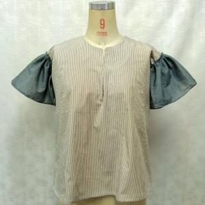 袖異素材のプルオーバー