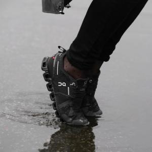 On Cloud Waterproof (クラウド ウォータープルーフ) があれば梅雨も快適。
