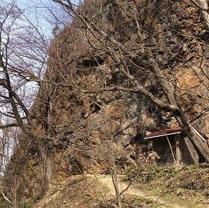 雪から岩と桜