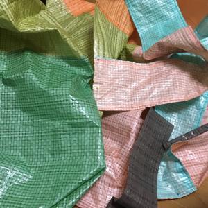 レジ袋有料化に向けてエコバッグ製作中!水に強い素材は、梅雨のお買い物も楽しんで持てそう✨