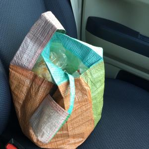 カラフルレジャーシートレジ袋型 買い物バッグ活躍中
