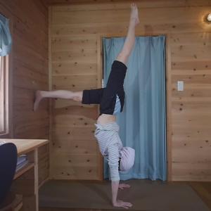 お腹を壁に向けた逆立ちの練習動画
