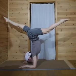 肘倒立と蓮華座の三点倒立の練習