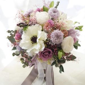 アネモネとラベンダー色のお花のクラッチブーケ