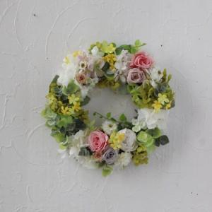 白いフリルアジサイとバラのリース