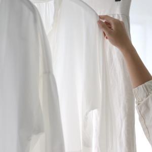 〈嫌いな家事〉アイロンなしで服のシワを伸ばしちゃう裏技5選