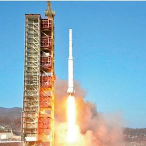 【北朝鮮】弾道ミサイルを発射・・・高度「過去最大級レベル」、1発が3つに分離か