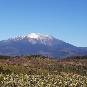 2019.11.20 白草山(乗政ルート) 草原の稜線から大きく裾野を広げる御嶽山を眺める