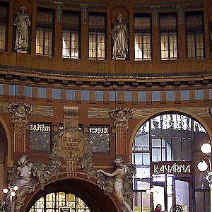 2004冬の中欧・オペラとビール三昧⑨ プラハ本駅、マラーストラナ地区、カレル橋下のエリアを散策、夜はモーツァルトのオペラ「フィガロの結婚」