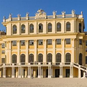 2004冬の中欧・オペラとビール三昧⑪ 朝は王宮周辺を散策、昼からは郊外のシェーンブルン宮殿へ、雪化粧された宮殿庭園にビックリ